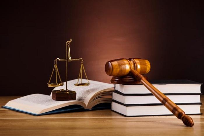 Theo quy định của Bộ luật lao động năm 2012, người sử dụng lao động phải ký hợp đồng thuê người giúp việc nhà bằng văn bản với người giúp việc.