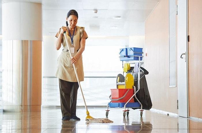 Người giúp việc văn phòng cũng sẽ giúp cọ rửa, dọn dẹp nhà vệ sinh luôn sạch sẽ, thơm mát.