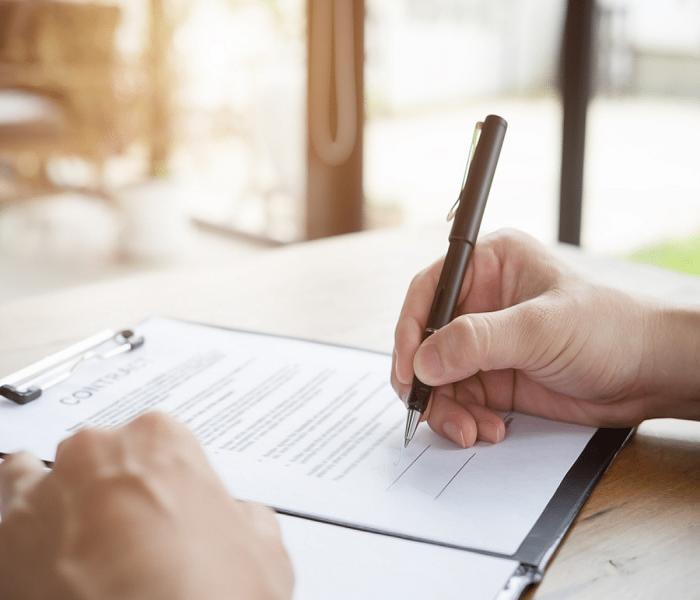 Dù có thời hạn làm việc ngắn hay dài thì chủ nhà vẫn phải ký hợp đồng lao động bằng văn bản với người giúp việc gia đình.