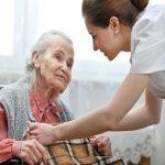 Bỏ túi 5 kinh nghiệm tìm người giúp việc trông người già