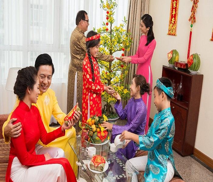 Người giúp việc ngày Tết còn giúp bạn trang trí nhà cửa để đón năm mới nhiều may mắn, tiết kiệm thời gian và công sức cho bạn.